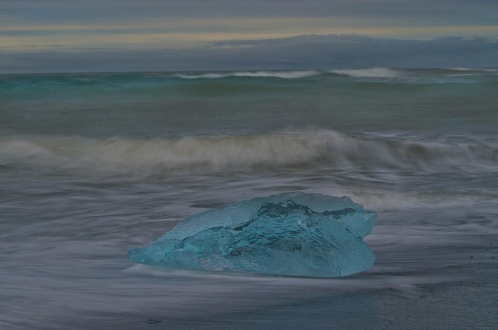 Eis in der Brandung (Island) © Roland Schweizer